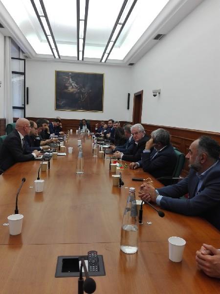 https://www.agenziaeventi.org/immagini_news/19-10-2020/continua-lotta-caro-pedaggi-rappresentanti-lazio-abruzzo-incontrano-ministro-trasporti-paola-micheli-600.jpg